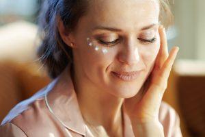 Околоочният крем е един от задължителните козметични продукти